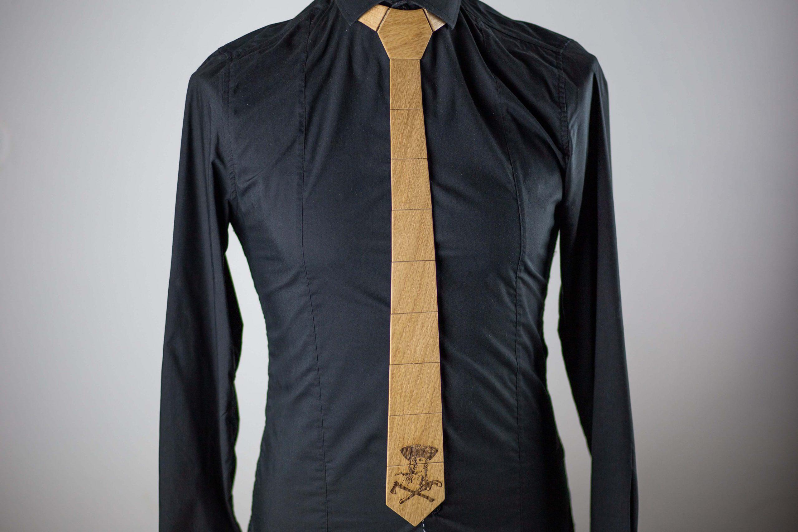 """Drevená pánska kravata Gravírovaná – Jánošík """"MARKstyle"""""""