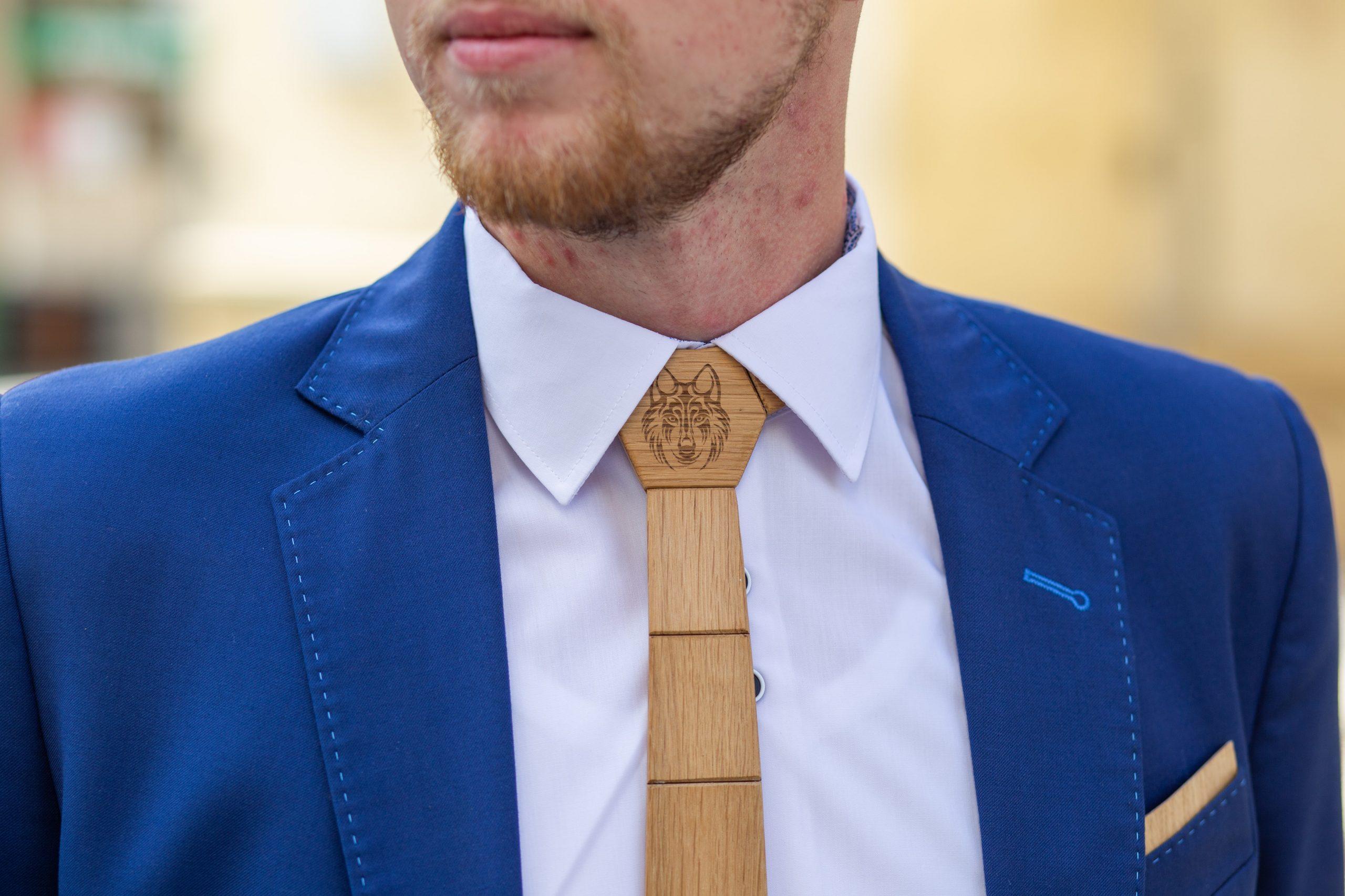 """Drevená pánska kravata Gravírovaná - Vlk a jeleň """"MARKstyle"""""""