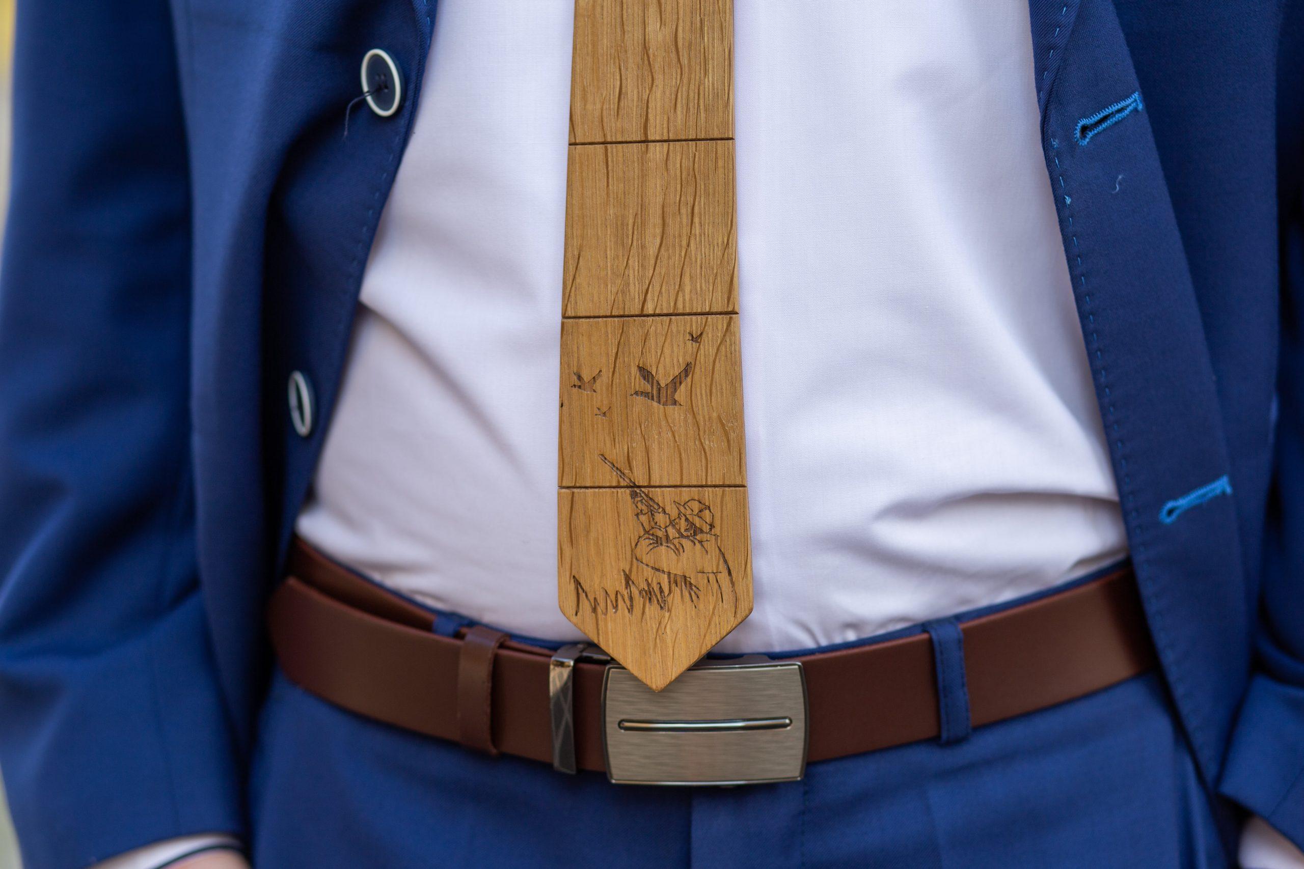 "Drevená pánska kravata Gravírovaná - Poľovník ""MARKstyle"""